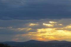 Por do sol colorido com nuvens Fotos de Stock