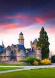 Por do sol colorido da mola no castelo de Wilhelmshohe fotos de stock