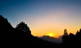 Por do sol colorido da montanha fotos de stock royalty free