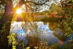 Por do sol colorido do outono no rio fotos de stock royalty free