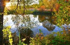Por do sol colorido do outono no rio foto de stock royalty free