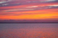 Por do sol colorido do verão na praia Fotografia de Stock
