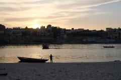 Por do sol colorido e bonito em Varanasi, ?ndia imagens de stock