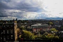 Por do sol colorido em Edimburgo foto de stock
