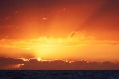 Por do sol colorido em Nr Vorupoer na costa de Mar do Norte em Dinamarca Foto de Stock Royalty Free