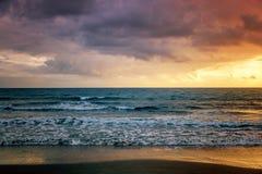 Por do sol colorido impressionante fantástico pelo mar, pelas ondas e pelo sunligh imagens de stock royalty free