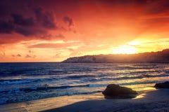 Por do sol colorido impressionante fantástico pelo mar, pelas ondas e pelo sunligh fotografia de stock royalty free