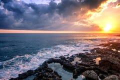 Por do sol colorido impressionante fantástico pelo mar, pelas ondas e pelo sunligh imagens de stock