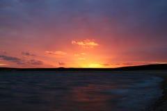 Por do sol colorido na praia de Kaas em Dinamarca Imagens de Stock