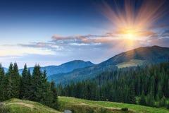 Por do sol colorido nas montanhas Fotos de Stock
