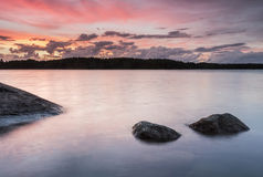 Por do sol colorido no archipelaco em Finlandia Imagem de Stock