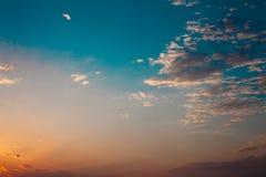 Por do sol colorido no céu nebuloso Nuvens alaranjadas azuis do cor e as brancas Fundo bonito Término do dia Tempo de relaxamento imagens de stock royalty free
