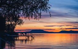 Por do sol colorido no lago Balaton mim fotografia de stock royalty free