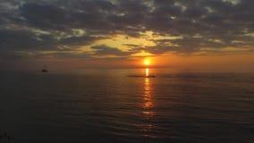 Por do sol colorido no mar video estoque