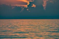 Por do sol colorido no mar na praia de Clearwater imagens de stock royalty free