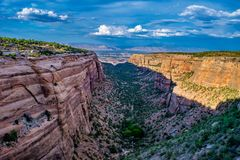 Por do sol colorido no monumento nacional de Colorado foto de stock