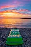 Por do sol colorido pela praia imagens de stock royalty free