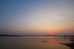 Por do sol colorido perto do lago e dos montes Foto de Stock Royalty Free
