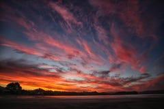 Por do sol colorido refletido na água Fotografia de Stock Royalty Free