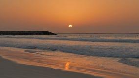 Por do sol colorido Resto, mar, praia video estoque