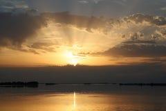 Por do sol colorido sobre a água Fotografia de Stock Royalty Free