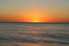 Por do sol colorido sobre a água calma Fotos de Stock Royalty Free