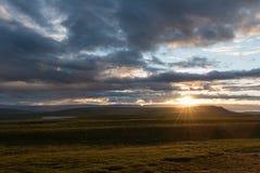 Por do sol colorido sobre as montanhas em Islândia fotografia de stock royalty free