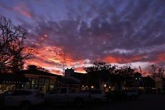 Por do sol colorido sobre a cidade dinamarquesa de Solvang em Califórnia imagem de stock