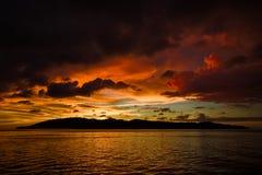 Por do sol colorido sobre a água rippled Fotografia de Stock