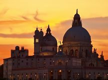 Por do sol colorido sobre a igreja Santa Maria della Salute em Veneza fotos de stock royalty free