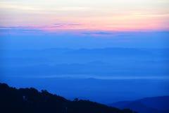 Por do sol colorido sobre a montanha imagem de stock