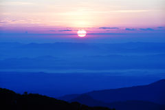 Por do sol colorido sobre a montanha foto de stock