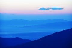 Por do sol colorido sobre a montanha fotos de stock