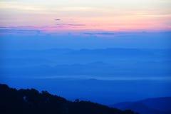 Por do sol colorido sobre a montanha foto de stock royalty free