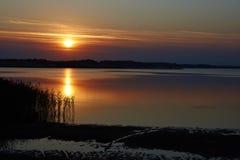 Por do sol colorido sobre o fiorde de Hjarbaek em Dinamarca Foto de Stock