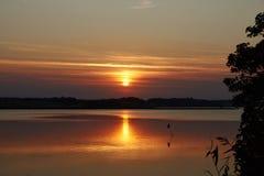 Por do sol colorido sobre o fiorde de Hjarbaek em Dinamarca Fotos de Stock Royalty Free