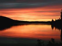 Por do sol colorido sobre o lago Imagens de Stock