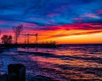 Por do sol colorido sobre o Lago Erie fotos de stock