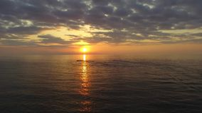 Por do sol colorido sobre o mar vídeos de arquivo