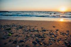 Por do sol colorido sobre o mar Fotografia de Stock