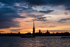 Por do sol colorido sobre Peter e Paul Cathedral, St Petersburg, R Imagens de Stock