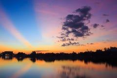 Por do sol colorido sobre a superfície da água fotografia de stock