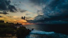 por do sol colorido surpreendente do timelapse 4K sobre o oceano e a montanha Fundo fantástico do céu do lapso de tempo Impetuoso filme