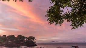 por do sol colorido surpreendente do timelapse 4K sobre o oceano e a montanha Fundo fantástico do céu do lapso de tempo Impetuoso vídeos de arquivo