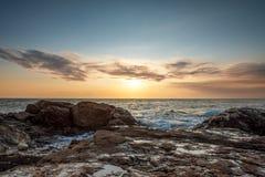 Por do sol colorido tropical na praia das pedras Imagem de Stock Royalty Free