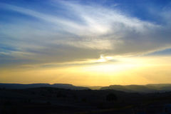 Por do sol com as montanhas no horizonte Imagem de Stock Royalty Free