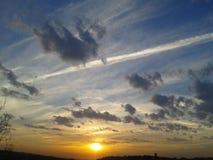 por do sol com as nuvens na mola Fotografia de Stock