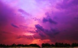 Por do sol com as nuvens vermelhas no sol Imagens de Stock Royalty Free