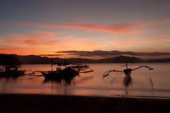 Por do sol com barco de pesca - Donsol Filipinas imagens de stock
