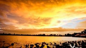 Por do sol com céu Fotografia de Stock Royalty Free